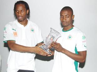 Kalunho présente son trophée