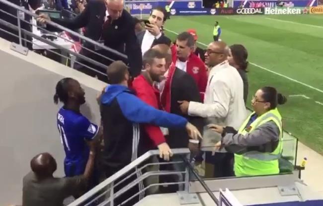 Drogba s'accroche avec des supporters